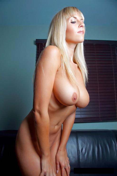 Mujer madura con grandes tetas posa para la cámara