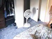 La muchacha está filmada desnuda en su habitación