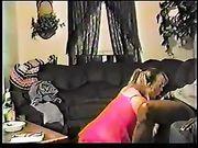 Esposa de rodillas hace que el sexo oral a un hombre negro