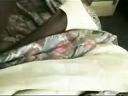 Uma mulher coroa sexo na cama com um homem negão