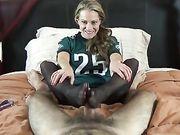 Una mujer madura utiliza sus piernas en el pene
