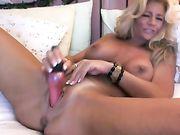 Una hermosa rubia madura se masturba en la webcam