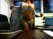 Una mujer está desnuda en la oficina en un espectáculo en vivo