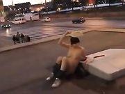 Chica cachonda está desnuda en publico