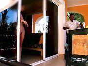 Mujer caminando desnuda frente al hombre del servicio de habitaciones