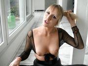 Una mujer cachonda en látex se masturba con un consolador y dedos