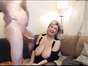 Sexo en casa con una mamá amateur con grandes tetas