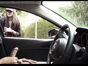 Una chica blanca está mirando a un hombre masturbándose en el auto.