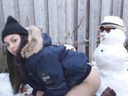 Chica sexy hace sexo con el muñeco de nieve al aire libre