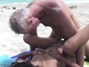 Sexo y mamada en una playa pública con una sexy mujer asiática
