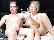 Una encantadora esposa hace una mamada frente a la webcam