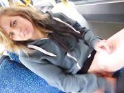 Jovencita muestra coño en autobús publico y se masturba