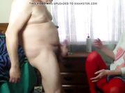 Una joven ayuda a un viejo gordo a masturbarse y a eyacular