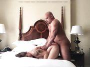 Pareja amateur gorda hace sexo en la cama en cuarentena